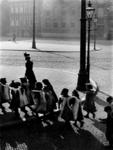 1978-376 Een groepje kinderen wandelt over de Gedempte Botersloot.