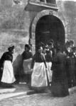 2001-1218 De Schotse kerk, de Sebastiaanskapel, op de hoek van de Meent en de Lombardstraat gaat uit.(Foto is afgedrukt ...