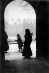 IX-1816-01-01 Gezicht op de Linker Rottekade, met mensen op straat. Gezien vanuit een poortje. Op de achtergrond de ...