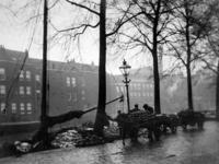 IX-1816-01-2 Gezicht op de Linker Rottekade met een koolschuit, uit het zuidwesten. Op de achtergrond de huizen aan de ...