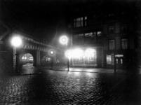 IX-2005-01 Het Moriaansplein hoek Middensteiger met het spoorwegviaduct, bij avond, uit het zuidoosten.