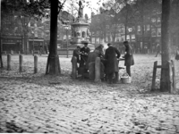 IX-2107-01 De Nieuwemarkt met het monument Maagd van Holland van 1872 uit het zuidwesten. In het midden het ...