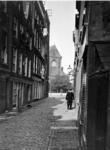 IX-2165-02 De Noordmolenwerf van de 2e Lombardstraat, uit het zuidwesten. Op de achtergrond de katholieke kerk aan het ...