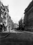 IX-2562-02 De Prinsenstraat, uit het westen. Op de achtergrond de Lange Baanstraat. Rechts op de voorgrond het gebouw ...