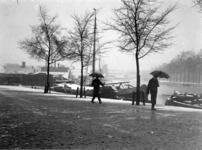 VIII-65-03-1 Gezicht op de Rechter Rottekade vanaf het Noordplein, met op de achtergrond rechts de Linker Rottekade ...