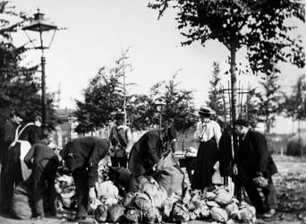 XIV-122-01-2 Gezicht op de groentemarkt op het Noordplein. Meisje 2e van rechts: Maartje v.d. Meer-van Gelderen, heer ...