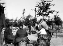 XIV-122-01-3 Gezicht op de groentemarkt op het Noordplein.