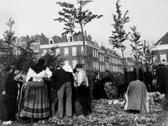XIV-122-01-5 Gezicht op de groentemarkt op het Noordplein. Op de achtergrond huizen aan de Noordmolenstraat.