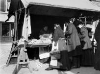 XIV-131-02 Gezicht op de markt op de Goudsesingel.