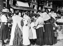 XIV-131-02-1 Gezicht op markttafereel op de Goudsesingel. Meisje links: Maartje van Gelderen, 3e van links: Pietertje ...