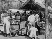 XIV-131-02-10 Gezicht op de markt op de Goudsesingel.