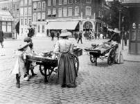 XIV-131-02-11 Gezicht op een appelverkoopster op de markt aan de Goudsesingel.