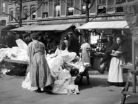 XIV-131-02-14 Gezicht op de markt op de Goudsesingel.