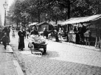 XIV-131-02-15 Gezicht op de markt op de Goudsesingel.