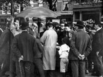 XIV-131-02-3 Gezicht op een markttafereel op de Goudsesingel. Dame met kapokhoed: Betje van Gelderen-Febus