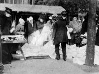 XIV-131-02-9 Gezicht op een markttafereel op de Goudsesingel.
