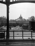 XVII-13-01-02-1 Het emplacement van het station Delftse Poort, met op de achtergrond de koepel van de plantenserre van ...