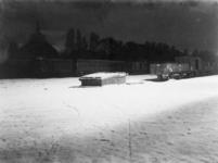 XVII-13-01-02-2 Spoorwegemplacement van het station Delftse Poort. Bij avond, met op de achtergrond de koepel van de ...