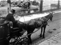 XVII-91-02 Gezicht op een dokterskoetsje aan de Mauritsweg.