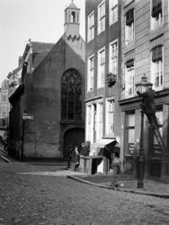 XVIII-317-01-3 Gezicht in de eerste Lombardstraat met het Schotse kerkje, oftewel Sint Sebastiaanskapel, van de Meent af.