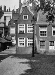 XXV-350-00-00-01-1 Gezicht op twee huisjes aan het Groenendaal en achterzijde huizen aan de Hoogstraat.