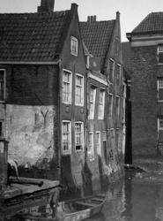 XXV-350-00-00-01-2 Gezicht op huisjes aan het Groenendaal en achterzijde van huizen aan de Hoogstraat. Uit het westen.