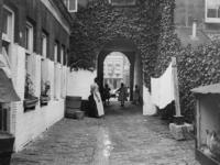 XXV-433-04-1 Gezicht op een hofje aan de Linker Rottekade.