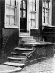 XXV-449-04-2 Trap en voorgevel van het huis aan de Meent nr. 22, hoek 1e Lombardstraat.