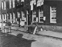 XXV-699-00-01-1 Huizen tussen hofje in de Warmoeziersstraat. Daartussen de Jonker Fransstraat en Meermanstraat.