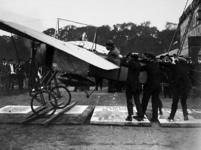XXXIII-257-00-00-01 Een demonstratie van de Antwerpse vlieger Jan Olieslagers op Woudestein
