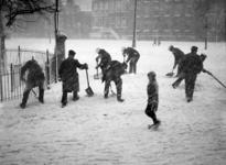 XXXIV-20-00-01 Gezicht op sneeuwruimers aan het werk op de Goudsesingel, bij het Bosje.