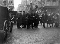 XXXIV-29-01-02-13 Het opbrengen van een dronken man door de politie, ter hoogte van het Schielandshuis in de Korte ...