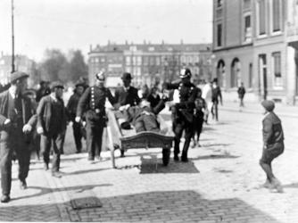 XXXIV-29-01-02-14 Het opbrengen van een dronken man door de politie op de Gedempte Botersloot.