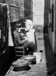 XXXIV-29-01-02-4 Gezicht op een ouder echtpaar in een steegje bij het Oude Liedenhuis aan het Achterklooster.