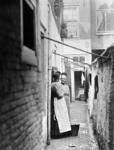 XXXIV-29-01-02-6 Steeg in de Oppert, vrouwen houden een buurpraatje.