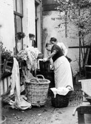 XXXIV-29-01-02-9 Wasvrouwen bezig in een hofje aan de Honingerdijk.