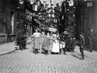 XXXIV-29-11 Viering van het koninginnefeest, in de Peperstraat, een zijstraat van de Coolvest.