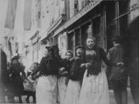 XXXIV-29-2 Gezicht op viering van het Koninginnefeest in de Kipstraat.