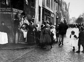 XXXIV-29-3 Gezicht op viering van het Koninginnefeest aan de Goudsesingel hoek Lange Frankestraat.