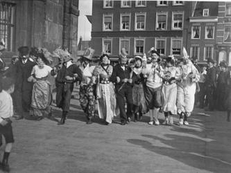 XXXIV-29-5 Gezicht op de viering van het Koninginnefeest, op het Delftseplein.Links is een deel van de Delftse Poort ...