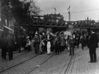XXXIV-29-6 Gezicht op de viering van het Koninginnefeest, bij het spoorwegviaduct boven de Gedempte Binnenrotte.