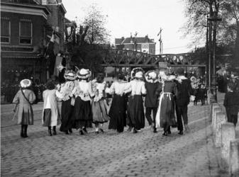 XXXIV-29-9 Gezicht op viering van het Koninginnefeest, Oranjefeest op het Hofplein.