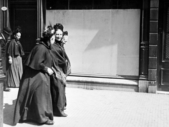 XXXIV-30-3 Gezicht op oude vrouwtjes komend uit de Schotse kerk aan de Lombardstraat lopend in de Botersloot.