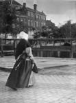 XXXIV-30-6 Gezicht op een vrouwtje uit het armhuis, lopend ter hoogte van een houten brug.
