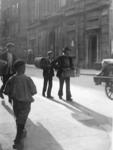 XXXIV-30-9 2e van rechts: Adrianus Gijzeling oftewel Centje Duikelaar. Bekend Rotterdams straattype, straatventer in ...
