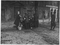 XXXIV-33-1 Gezicht op de Botersloot met de Prinsenkerk en mosselenvrouwtje Jannetje Cornelia Visser.