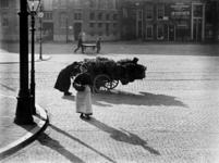 XXXIV-34-5 Twee vrouwen bij groentenkar op de Gedempte Botersloot. Op de achtergrond twee mannen die een draagbaar tillen.