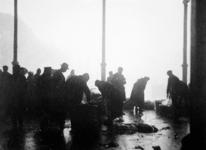 XXXIV-34-7 Gezicht op visvrouwen en handelaren, bezig met de handel. op de Zeevismarkt aan de Blaak.