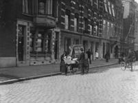 XXXIV-42-1 Gezicht op Italiaans orgel aan de Westerkade bij hoek Westerlaan. De speeldoos wordt bediend door hr. en ...
