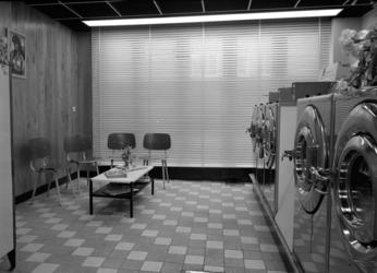 1976-10577 Het interieur van wassalon Van Dorp op de 1e Schansstraat.
